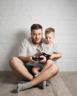 Vader en zoon thuis spelen samen