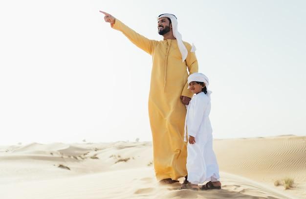 Vader en zoon tijd doorbrengen in de woestijn