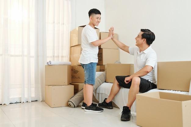 Vader en zoon verhuizen