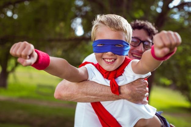 Vader en zoon verkleed als superman