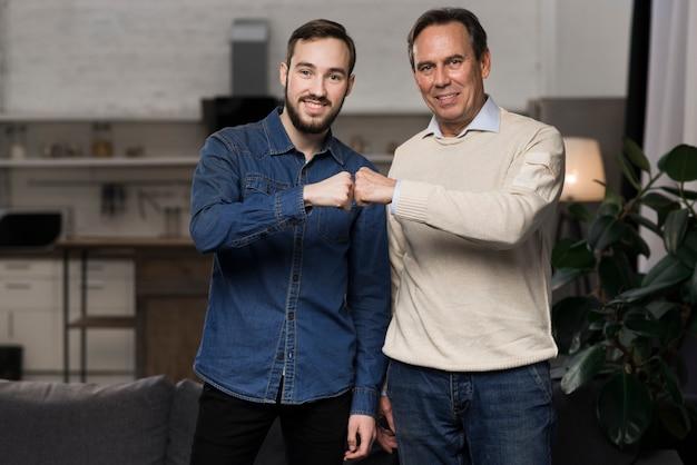Vader en zoon vuist stoten