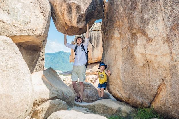Vader en zoonreizigers bij de hon chong-kaap, tuinsteen, populaire toeristenbestemmingen in nha trang. vietnam Premium Foto