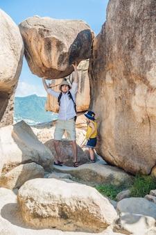 Vader en zoonreizigers bij de hon chong-kaap, tuinsteen, populaire toeristenbestemmingen in nha trang. vietnam