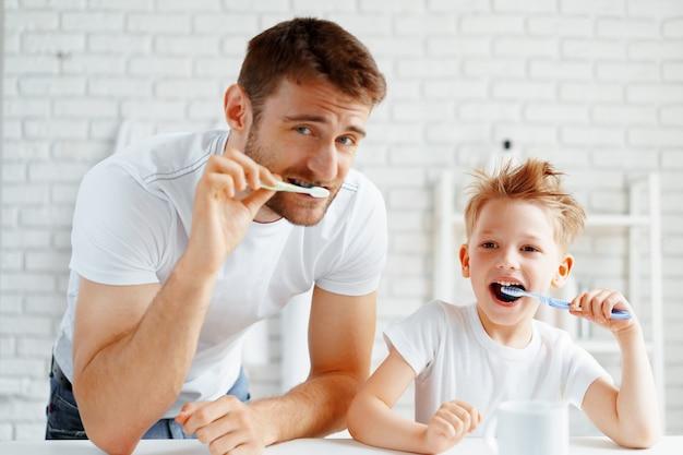 Vader en zoontje tandenpoetsen samen in de badkamer