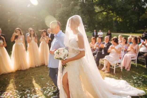 Vader gaat met haar dochter naar de bruidegom