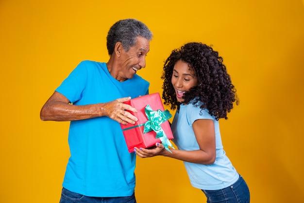 Vader geeft een cadeau aan zijn dochter voor kinderdag