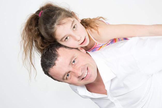 Vader geeft haar dochter een ritje op de rug
