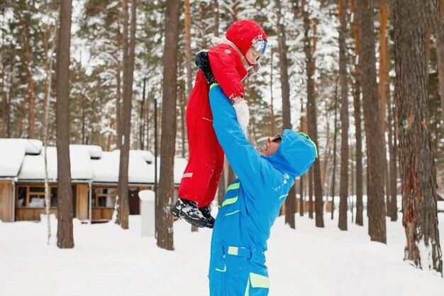 Vader gooit zijn zoon in de handen van het winterpark