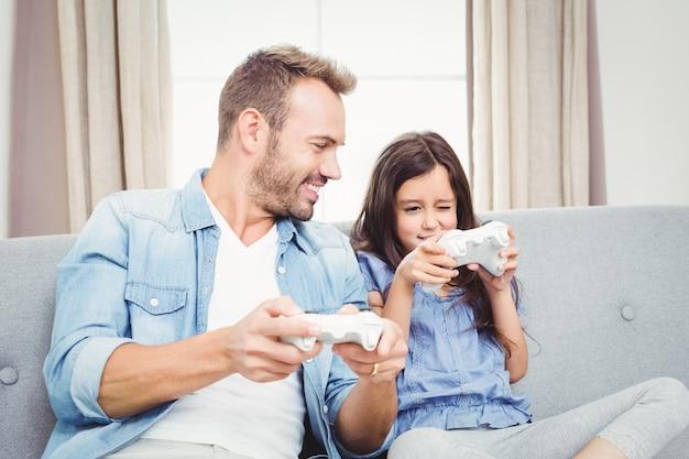 Vader het spelen videospelletje met zijn dochter thuis