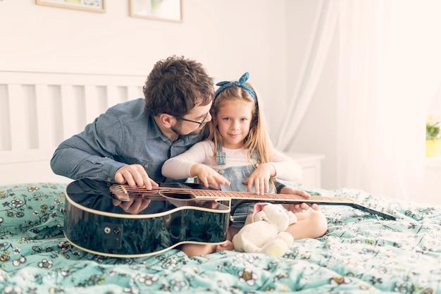 Vader het vieren vadersdag met zijn dochter