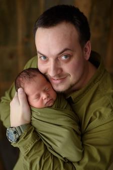 Vader houdt met liefde zijn pasgeboren zoon.
