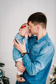 Vader houdt zijn dochter in zijn armen
