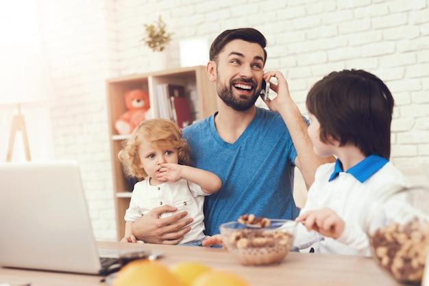 Vader is bezig met het opvoeden van kinderen tijdens het werk