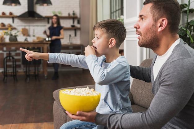 Vader kijken naar een film met zoon