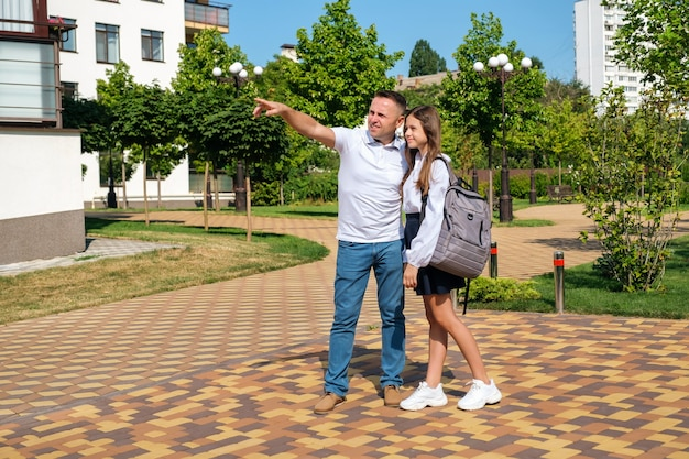 Vader knuffelt trots zijn schoolmeisjesdochter voordat ze naar school gaat