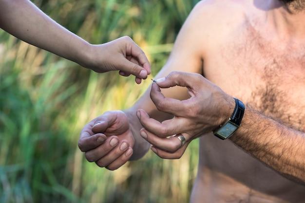 Vader leert zijn zoon vistuig maken