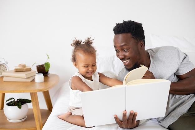 Vader leest voor aan haar dochtertje