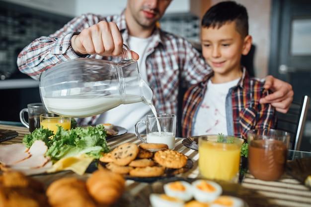 Vader maakt ontbijt voor zijn kind thuis