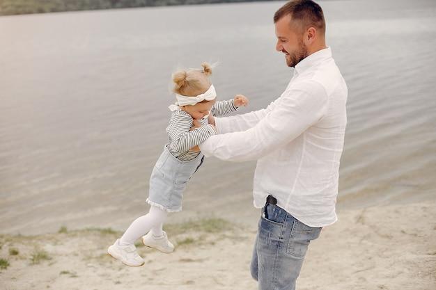 Vader met dochter het spelen in een de zomerpark