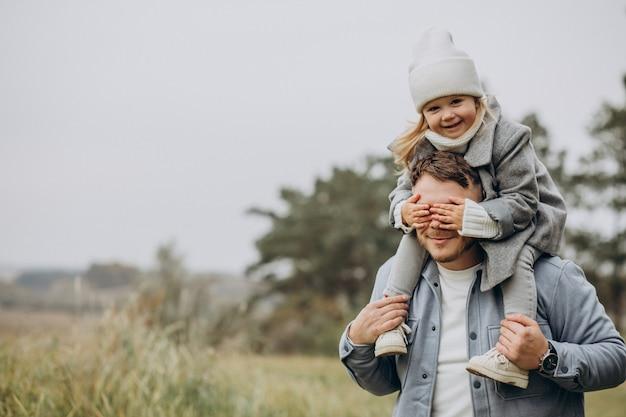 Vader met dochtertje samen in herfstweer met plezier