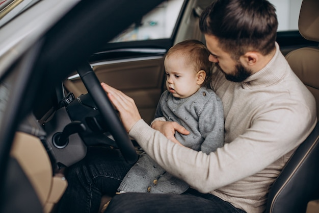 Vader met dochtertje zit in auto
