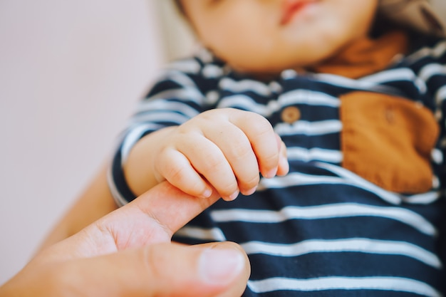 Vader met een hand van zijn baby happy family-concept