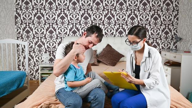 Vader met een kind en een dokter.