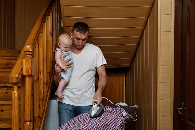 Vader met een kleine baby in haar armen gestreken linnen.