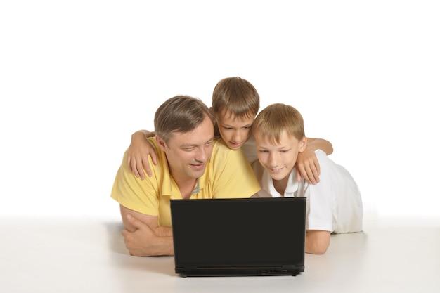 Vader met jongens met laptop op de grond