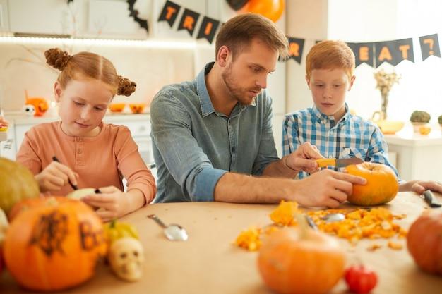 Vader met kinderen die voor vakantie voorbereidingen treffen
