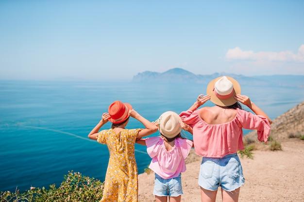 Vader met kinderen op het strand genieten van de zomer. familievakantie op de rots