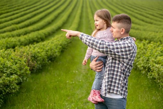 Vader met meisje op de boerderij