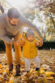 Vader met zijn baby buiten in de natuur