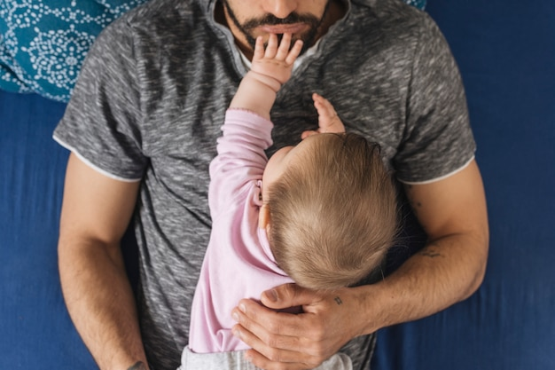 Vader met zijn baby thuis
