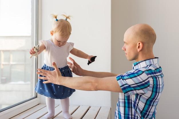 Vader met zijn vrolijke dochtertje van het babymeisje. alleenstaande ouder. vaderschap, vaderdag en familieconcept.