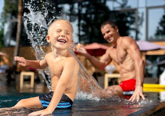 Vader met zijn zoon bij het zwembad