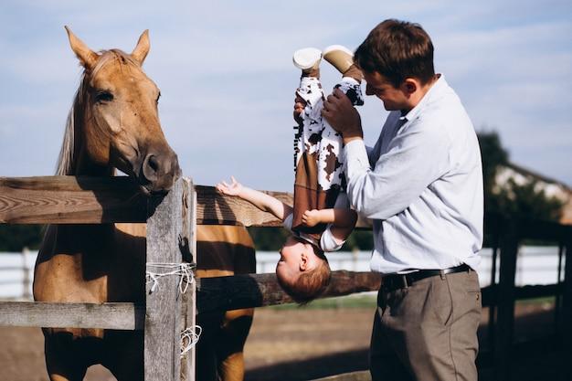 Vader met zijn zoon op de boerderij