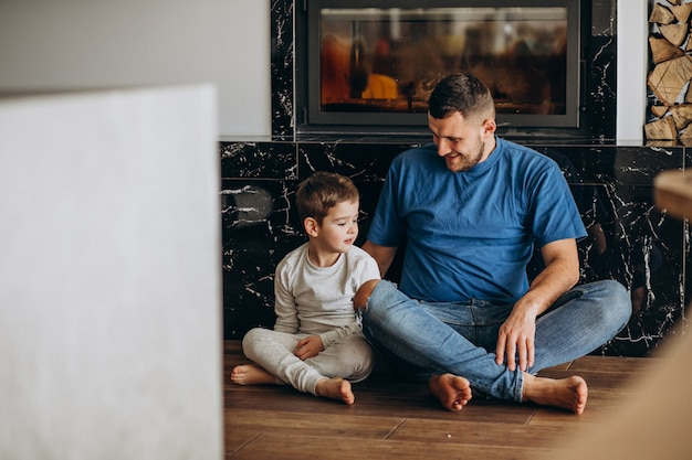 Vader met zijn zoon thuis samen