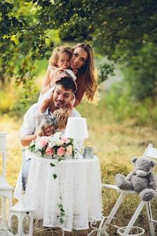 Vader, moeder en dochter samen bij de picknick in de tuin