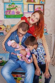 Vader, moeder en twee kinderen. het concept van familie en leven