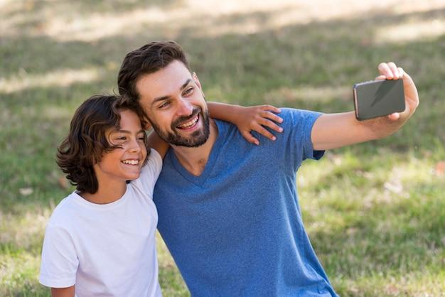 Vader neemt een selfie met zoon buitenshuis