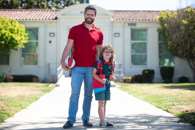 Vader ondersteunt en motiveert zoon kind onderwijs kind dat naar de basisschool gaat