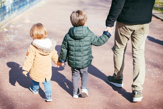 Vader op wandeling met zonen