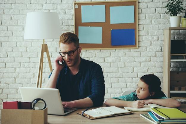 Vader praat aan de telefoon en het meisje neemt aanstoot aan hem.
