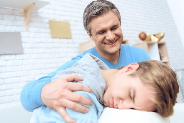 Vader probeert met zijn depressieve zoon te praten