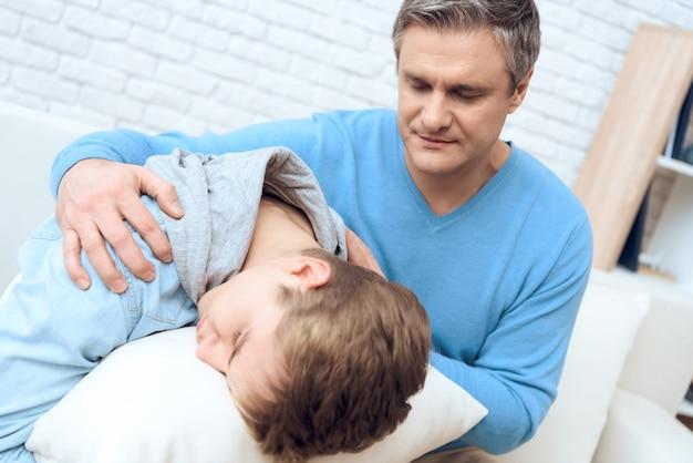 Vader probeert met zijn depressieve zoon te praten.