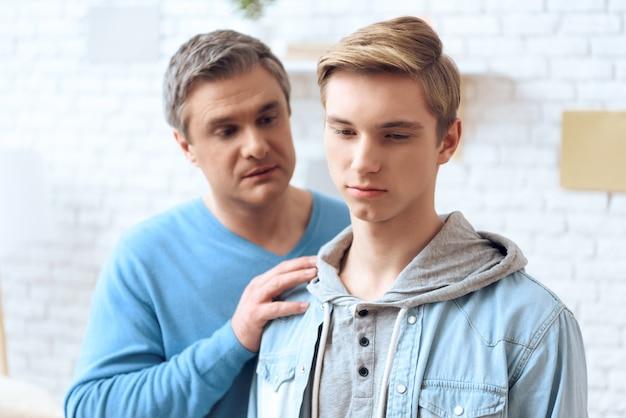 Vader probeert met zijn zoon te praten
