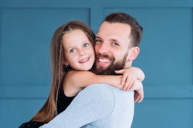 Vader's liefde. papa's kleine meid. familieband en liefdevolle relatie. man en zijn dochter knuffelen.