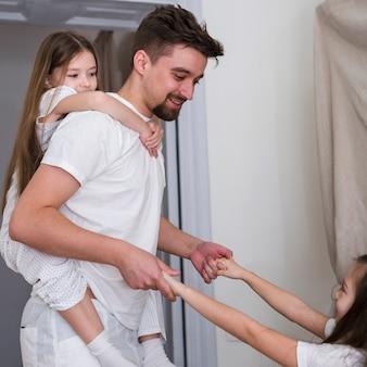 Vader samen met dochters