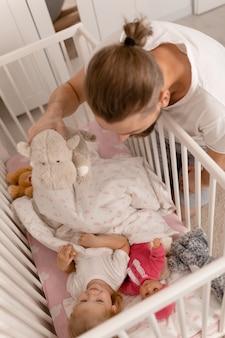 Vader speelt met babymeisje Premium Foto